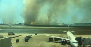 Vasto incendio nei pressi di Fiumicino, parte in ritardo il volo per Chisinau - Un vasto incendio ha colpito una pineta nei pressi dell'aeroporto di Fiumicino causando ritardi nelle partenze