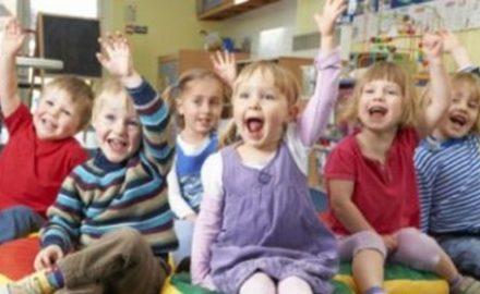 Bambini in età prescolare a scuola